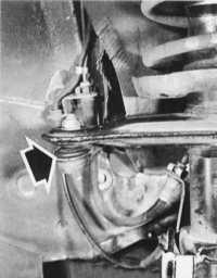 проверка пылезащитных чехлов и люфта наконечников поперечных рулевых тяг audi 80